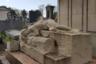 На этом слишком сложно задуманном импрессионистском памятнике обнаженная плакальщица в странной позе свешивается с надгробного камня и целует то ли обрушенную колонну, то ли гроб.