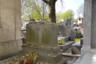 Могила писательницы Гертруды Стайн тоже почти сплошь покрыта памятными камешками. Стайн была еврейкой по национальности, почти всю жизнь прожила в Париже, а известность и популярность получила в США. Она стала помощницей и наставницей молодых американских писателей-экспатов, живших во Франции, в том числе Хэмингуэя и Фицджеральда.