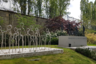 Мемориальный памятник детям и подросткам, погибшим в нацистских концлагерях с 1942 по 1945 год. Так как большинство этих детей были евреями, изображения жертв предельно стилизованы: иудаизм запрещает сколько-нибудь достоверные изображения людей. По той же причине у подножия памятника лежат камни, оставленные посетителями кладбища: возложение камешков вместо цветов предписывается еврейским поминальным обычаем.