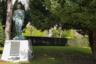 Небольшая аллея, ведущая от крематория к стене некрополя, посвящена памяти солдат и гражданских лиц, сражавшихся на стороне Франции в Первой и Второй мировых войнах. Воин в одежде партизана, с двумя автоматами (своим и трофейным) за плечами и с лицом молодого Бернеса из «Двух бойцов» — памятник советским солдатам, бежавшим из концлагерей и сражавшихся в рядах Сопротивления. Его авторы — скульптор Владимир Суровцев и архитектор Виктор Пасенко. Монумент установили к 60-летию победы во Второй мировой войне.
