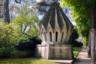 В знак памяти погибших за Францию армян на той же аллее возвели памятник, напоминающий разом и мавзолей, и купол традиционного армянского храма.