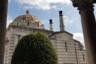 Довольно большое здание крематория — памятник архитектуры в стиле ар-нуво, очертанием и деталями (например, крупным куполом и продольными полосами на фасадах) напоминающий византийские и венецианские базилики. В скрипте крематория и в окружающей его галерее-каре в несколько ярусов расположены ниши для урн с прахом. На территории каждую весну высаживают цветы и растут кипарисы, с древних времен символизирующие смерть и память.