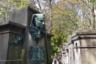 Одна из самых знаменитых могил Пер-Лашез — могила гениального лингвиста и исследователя древних языков Жана-Франсуа Шампольона, расшифровавшего древнеегипетские иероглифы. Его памятник — простая лаконичная каменная стела без украшений, по моде 1830-х годов: ученый умер совсем молодым в 1832-м.  <br><br> Но порожденная его изысканиями «египтомания» значительно пережила своего вдохновителя. Так, этот гранитный монумент над захоронением ничем, кроме состоятельности, не примечательной парижской семьи венчает довольно художественная бронзовая голова сфинкса в стиле ар-нуво. Сфинкс прикладывает палец к губам, словно призывая не тревожить покойников: Silentium!