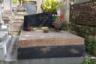 Лаконичное надгробие на могиле знаменитой писательницы Сидони-Габриэль Колетт являет собой разительный контраст с ее ниспровергающей моральные устои экстравагантной жизнью, в которой нашлось место трем бракам, бурным романам с мужчинами и женщинами (среди них был, например, скандальный писатель Габриэле д'Аннунцио), выступлениям на сцене кабаре «Мулен Руж», дружбе с Жаном Кокто и бельгийской королевой Елизаветой, членству в Гонкуровской академии и даже материнству.