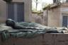 Надгробие президента Третьей Французской республики Феликса-Франсуа Фора (попавшего в политики из успешных предпринимателей) украшает бронзовая лежачая статуя покойного работы Рене де Сен-Марсо, модного скульптора (его имя носят парижская улица и бульвар).  <br><br> Сен-Марсо по фунеральной моде конца века придал надгробию черты средневековых памятников этого рода, на которых покойные в благочестивой позе возлежат на одре смерти. Однако смерть Фора нельзя назвать благочестивой: весь Париж, включая Палату депутатов, сплетничал о том, что 58-летний президент умер от инсульта, занимаясь сексом со своей любовницей, куртизанкой-авантюристкой Маргерит Стенель.