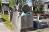 Людям, несведущим в литературе, этот памятник скажет только, что некий Жорж Роденбах, умерший в конце XIX века в возрасте чуть более сорока лет, запомнился своим близким как человек упорный и одновременно романтичный. Иначе зачем им было заказывать памятник, где обнаженная бронзовая фигура покойного буквально выламывается из гранитного саркофага с цветочком в поднятой руке? Однако все несколько грустнее.  <br><br> Бельгиец Роденбах при жизни был довольно известным в читающих франкоязычных кругах писателем и поэтом, эстетом, предтечей декадентов. Он прославился меланхоличной книгой «Мертвый Брюгге», где описания города чередуются с философскими размышлениями. В наше время этот автор, приятельствовавший с Малларме и Прустом и сильно повлиявший на Рильке, известен, пожалуй, только литературоведам.