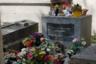 Могила рок-певца Джима Моррисона, фронтмена групы The Doors, — одна из самых посещаемых на Пер-Лашез. Хотя она расположена в стороне от главных аллей, возле нее почти всегда кто-то фотографируется, на камне стоят живые цветы и сувениры. За место на кладбище надо платить, и, если потомки не платят, а памятник не имеет художественной ценности, его могут снести, а могилу передать для других покойников. Однако Моррисон и после смерти был так популярен, что руководство кладбища сочло снос надгробия невыгодным.  <br><br> На памятнике высечена латинская транскрипция греческого изречения Κατά τον δαίμονα εαυτού («Победи демона внутри себя»). Эту фразу в 2013 году сделала названием своего альбома дарк-рок-руппа Rotting Christ.