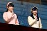 Стоит отметить, что членам императорской семьи разрешено вступать в брак с простолюдинами, и лишь женщины в этом случае теряют титул. Это произошло с родной сестрой Акихито принцессой Саякой в 2005 году. Аналогичный путь выбрала и его двоюродная племянница Аяко, принцесса Такамадо, выйдя замуж в 2018-м. <br></br> То же самое планирует сделать и, пожалуй, самая популярная в народе японская принцесса Мако — дочь принца Акисино. Еще в мае 2017 года было объявлено о ее помолвке с простолюдином Кеем Комуро. Первоначально ожидалось, что свадьбу сыграют осенью 2018-го, однако сейчас торжество перенесено на 2020 год. Впрочем, такой значительный сдвиг сроков вызывает у наблюдателей вопрос: а будет ли свадьба вообще? Тем более что избранник принцессы сейчас вроде как учится за границей. Ее сестра Како пока о брачных планах не говорила. <br></br> Сторонники изменений закона о наследовании активно критикуют действующую систему. Они отмечают, что на мужчин императорской семьи возлагается колоссальное бремя, в то же время женщины постепенно покидают ее ряды. И хоть на данный момент изменения закона, казалось бы, не требуются, через пару поколений этот вопрос может встать как нельзя остро.