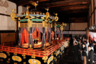 """Церемония возведения на престол состоит из трех частей. Во время первой новому императору передают святыни, символы власти: это меч, ожерелье и зеркало. Вторая часть — непосредственно интронизация, только часть ритуалов при этом является публичной. Мероприятия проходят с использованием пьедестала, на котором расположен трон такамикура. <br></br> Третья часть — обряд дайдзёсай, во время которого император молится за благосостояние народа и хороший урожай, а также трапезничает с богами. На мероприятия тратятся огромные средства, а император и императрица предстают в традиционных одеждах и в традиционной обстановке. <br></br> Впрочем, есть недовольные обрядом: они <a href=""""https://lenta.ru/news/2018/12/10/religion_power/"""" target=""""_blank"""">считают</a>, что ритуал дайдзёсай слишком тесно связан с религией, а потому его не должно финансировать государство. Кстати, по некоторым данным, на церемонию для Акихито 30 лет назад потратили более 100 миллионов долларов в пересчете на нынешние цены."""