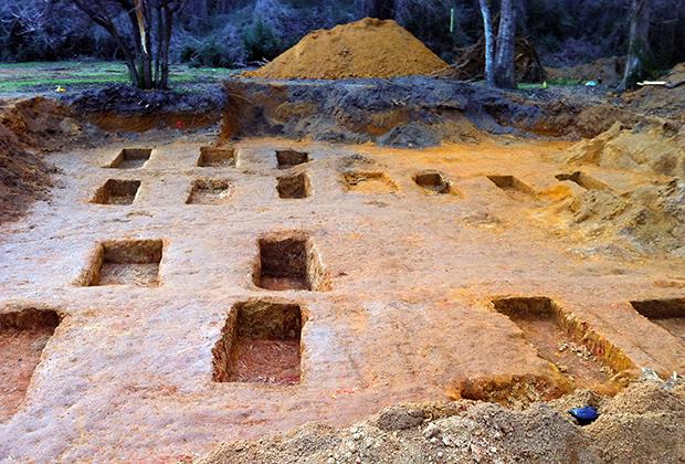 Раскопки захоронений на территории школы Дозье