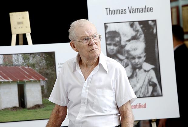 Ричард Варнадор у фотографии со своим братом Томасом, погибшим в школе Дозье