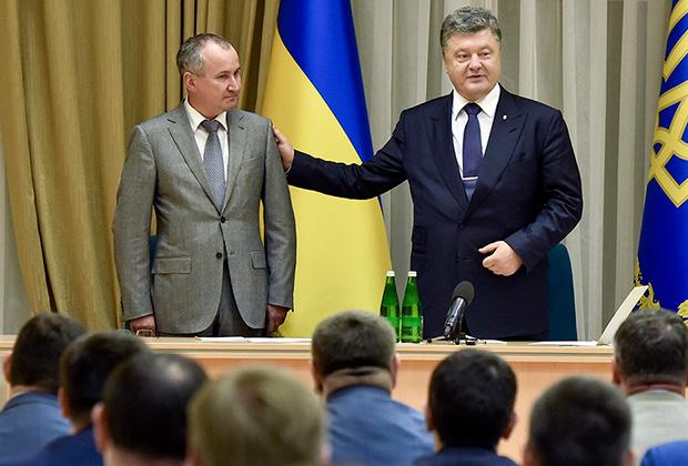 Президент Украины Петр Порошенко (справа) и новый руководитель Службы безопасности Украины Василий Грицак