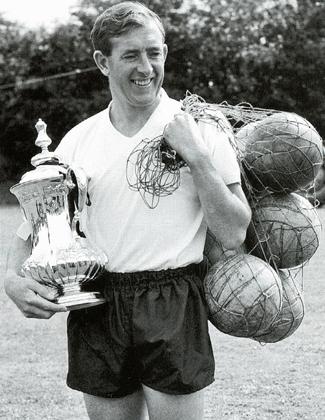 Один из лучших игроков «Тоттенхэма» за всю его историю — Дэнни Блэнчфлауэр с Кубком Англии