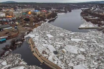 В России мост снесло во время ледохода