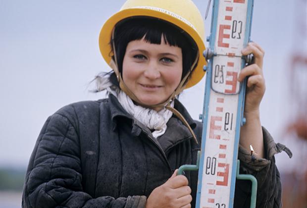 Монтажница Ольга Сарбина работает на строительстве Мозырского нефтеперерабатывающего завода