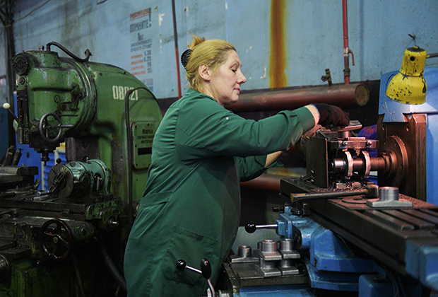 Работница машиностроительного завода