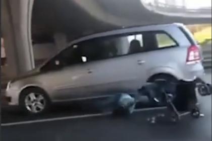 Россиянка с коляской перебежала многополосную магистраль и попала в ДТП