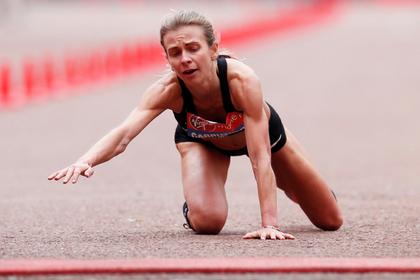 Обессиленная британка доползла до финиша марафона и день спустя пришла на работу
