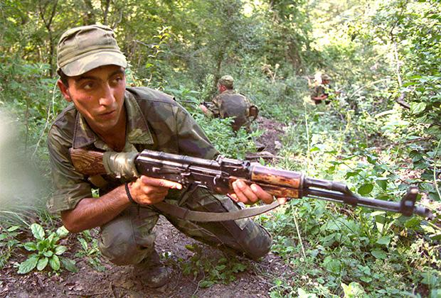 """Грузинский солдат во время учений """"Кахети-2002"""" возле деревни Пичховани (Панкисское ущелье)"""