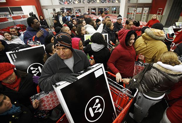 Покупатели штурмуют магазин в Чикаго, ноябрь 2009 года
