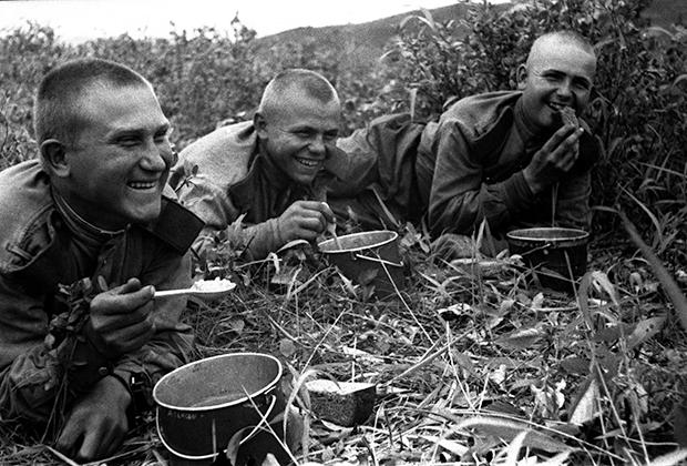 Обед после боя. 159 стрелковая дивизия, 5 армия, 1-й Дальневосточный фронт, 1945 год