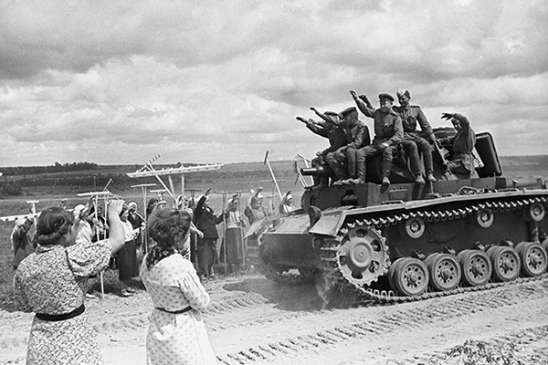 Советские танкисты на трофейном вражеском танке, 1944 год