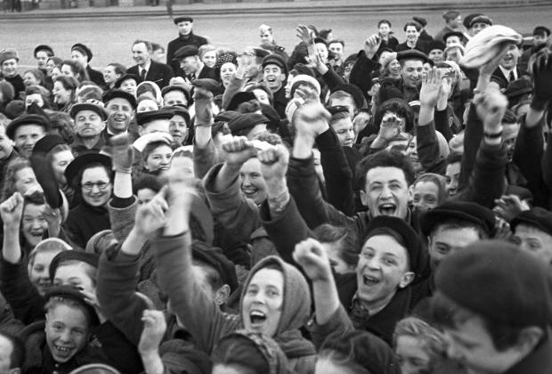 Москвичи на Красной площади утром в День Победы советского народа в Великой Отечественной войне.