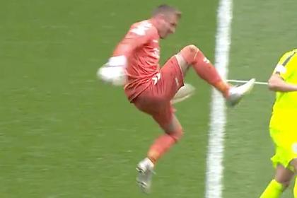 Вратарь в полете ударил соперника ногой по спине