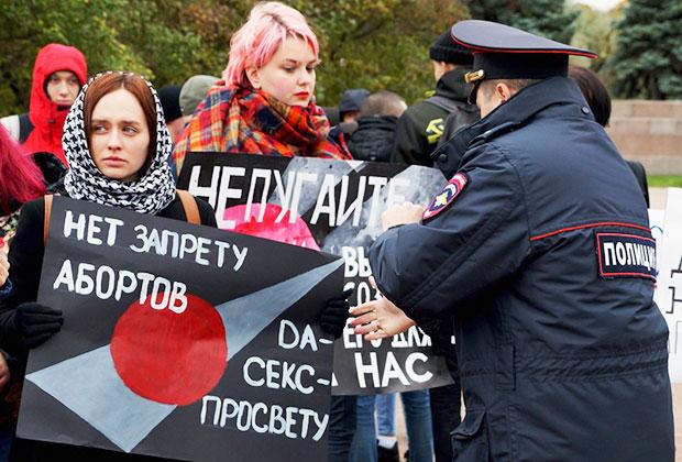 Пикет феминисток и активистов левых движений в защиту права на аборт и против инициативы властей по выведению абортов из системы обязательного медицинского страхования