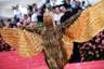 После «выноса» актер вспорхнул с носилок, расправив расшитые золотыми пайетками крылья.