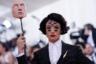 Актер и музыкант Эзра Миллер оделся в украшенный стразами костюм Burberry by Riccardo Tisci с косым подолом, напоминающим шлейф платья. Но не это было главным в придуманном им образе. Когда Эзра отвел от лица маску, выполненную с портретной точностью, зрители увидели, что актер превратился в сюрреалистического персонажа Дали: корейская визажистка Мими Чой в своем фирменном стиле нарисовала на лбу и щеках Миллера пять «дополнительных» глаз с накладными ресницами. Петлицу костюма украшала брошь Tiffany & Co.