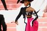 Жанель Моне выбрала платье Christian Sirano со скульптурной юбкой и моргающим глазом на корсаже, похожее на картину Пикассо (второй глаз украшал клатч певицы). На голове Жанель возвышалась конструкция из четырех черных шляп с круглой тульей в мексиканском стиле.