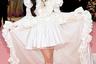 Лили Коллинз выбрала напоминающее стиль baby doll платье от Giambattista Valli и прическу в том же шестидесятническом стиле: плотный валик-начес и повязку в тон платью. Для солидности (или, напротив, насмешки над солидностью) у платья был длиннейший шлейф с оборками, а на шее актрисы красовались безумно дорогие изумруды Cartier в пышном бриллиантовом обрамлении.