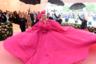 Главным цветом вечера стал самый, пожалуй, эксцентрический и манерный оттенок в мире — цвет фуксии, а звездой вечера (и это уже стало привычным) — певица Леди Гага. Неудивительно: она признанная «королева camp», ее образы часто скатываются в бурлеск. Леди Гага явилась на красную дорожку в широченном платье Brandon Maxwell с бантом в волосах в тон.