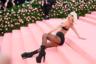 Проходя по дорожке, Леди Гага постепенно избавилась и от верхнего наряда, и от бывшего под ним платья-футляра, и от соблазнительного корсета, оставшись лишь в черном белье, колготках в сеточку и ботильонах на шпильках и платформе «а-ля Пляс Пигаль». И в бриллиантах Tiffany & Co.