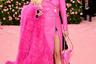 Певица Кейси Мисгрейв превратила себя в шарж на куклу Барби: фуксийно-розовое платье-косуха от Moschino, меховая горжетка и клатч в виде фена — точь-в-точь как те фены, которые вкладывают в коробочки с куклой.