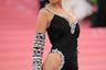 Белла Хадид тоже прибегла к услугам Джереми Скотта. Ее наряд — облегающее платье на бретелях — изобиловал китчевыми цветными стразами и откровенными вырезами. Сам Скотт оделся в идентично декорированный костюм: они с Хадид стали самой (в прямом смысле) сверкающей парой вечера.