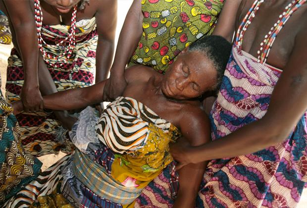 «Трокоси» из Ганы помогают «жене бога», впавшей в транс, 2006 год