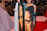 Диана фон Фюрстенберг, в свое время лично знакомая с Сюзан Зонтаг, в полной мере прониклась идеей бала и оделась статуей Свободы — и, разумеется, в платье Diane von Fürstenberg.
