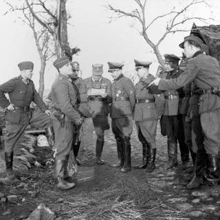 Бургомистр Локотского самоуправления Бронислав Каминский в окружении офицеров немецкой полиции