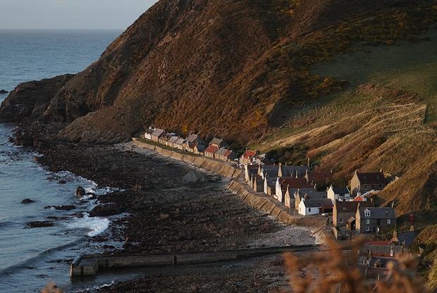 В материковой Великобритании существует немало деревень, в которых не рекомендуется ездить на автомобилях. Однако та, где на машине проехать просто невозможно, есть только в Шотландии. Крови расположилась на самом краю страны у подножия холмов и скал на берегу океана. Она состоит из всего одной улицы, настолько узкой, что места тут хватит лишь паре пешеходов. <br> </br> Коренные жители деревни, которых здесь осталось всего трое, паркуют свои транспортные средства на специальной площадке в самом начале деревни. Большинство домов сдается в аренду туристам-шотландцам, которые захотели провести романтический уикенд и отдохнуть от городской суеты.