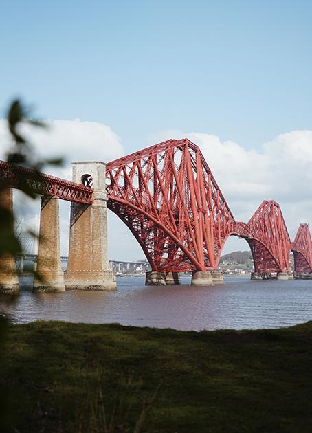 Шотландии определенно есть чем ответить на Золотые Ворота (Golden Gate Bridge), Харбор-Бридж (Harbour Bridge) и Бруклинский мост (Brooklyn Bridge). Ведь железнодорожный Форт-Бридж (Forth Bridge), построенный здесь в 1880-х, по грандиозности и великолепию не уступает вышеперечисленным. Сооружение длиной почти 2,5 километра проходит через залив Ферт-оф-Форт и соединяет Эдинбург с округом Файф. <br> </br> Для шотландцев мост оказался настолько длинным, что они не могли покрасить его в течение 120 лет. Дело в том, что к тому моменту, как маляры доходили до второй части конструкции, первая уже начинала ржаветь. Бесконечный процесс покраски Форт-Бридж прекратился только в 2011 году, когда на него нанесли специальное новое покрытие, не ржавеющее в течение 25 лет. Теперь фраза «красить Форт-Бридж» стала шотландским аналогом выражения «Сизифов труд».