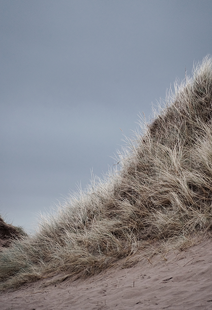 Конечно, зеленые бескрайние поля и глубокие бесконечные озера, которыми так славится шотландская земля, берутся не из ниоткуда. Эта страна — одна из самых дождливых в мире. Однако, как гласит фраза популярного комика шотландского происхождения Билли Коннолли, «Не существует плохой погоды. Бывает только неправильно подобранный наряд».