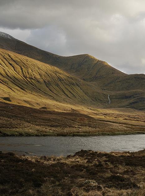 Исторический регион Сазерленд на севере страны получил такое южное название (Suðrland — «южная земля») из-за когда-то завоевавших его норвежских викингов. Их графство расположилось на северных островах Оркни, по отношению к которым Сазерленд считался югом.