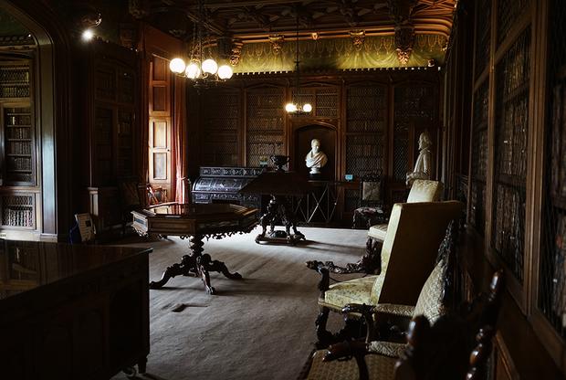 В библиотеке Вальтера Скотта собрано все, что он коллекционировал с самого детства: подаренные дедушкой и мамой книги, университетские лекции, рукописные баллады, наброски произведений и прочие уникальные экземпляры. Последний раз рука писателя прикасалась к этим полкам в 1832 году, и с тех пор книги никто не переставлял. Поэтому библиотека в особняке Вальтера Скотта считается одной из самых аутентичных в мире.