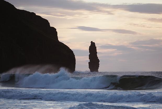 Пляж Сэндвуд (Sandwood Bay) считаетсяодним из самых отдаленных и живописных пляжей Шотландии. Дорога до него занимает два часа пешком в одну сторону, но открывающийся в конце пути пейзаж стоит всех усилий и боли в ногах. Особенно если застать его перед самым заходом солнца.