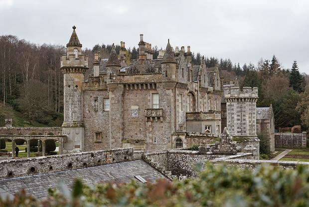 Дизайном особняка Вальтера Скотта занимались сам писатель и его жена. Он любил приглашать гостей и хвастаться предметами интерьера, привезенными из разных уголков планеты. Во время экскурсий по особняку Скотт развлекал гостей анекдотами и историями про габионы — старое шотландское слово, которое писатель использовал для обозначения доспехов и оружия, украшающих едва ли не каждую комнату.
