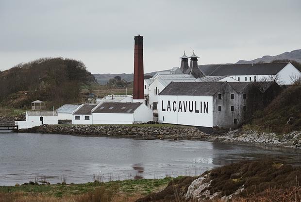 Крошечный остров Айлей, входящий в состав Внутренних Гебридских островов, можно объехать вдоль и поперек буквально за два часа. Но несмотря на свою миниатюрность, Айлей выведен в отдельный регион производства виски. Дело в том, что здесь расположено несколько винокурен, славящихся на весь мир виски с особым дымным вкусом. Среди них Lagavulin, Bowmore, Bruichladdich, Caol Ila, Ardbeg, Bunnahabhain, Kilchoman и Laphroaig.
