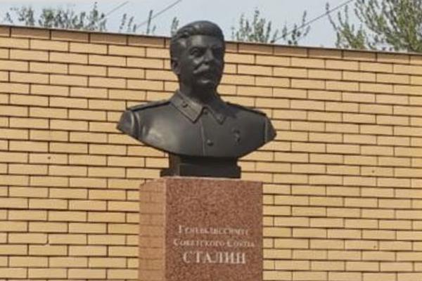 Песков заявил, что не считает себя вправе участвовать в общественной дискуссии о Сталине