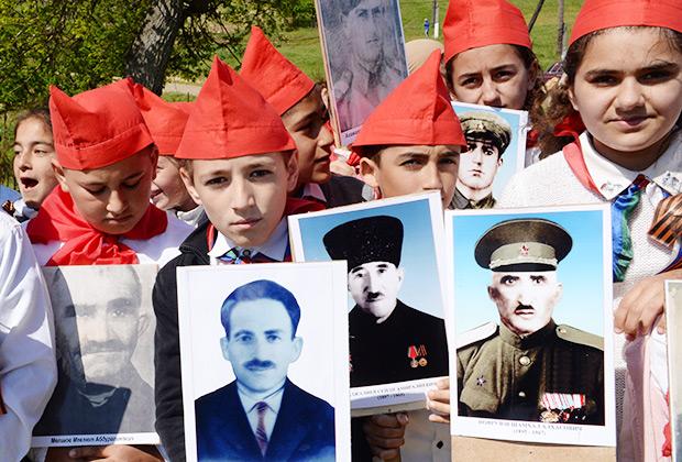 Школьники во время акции «Бессмертный полк» в селе Верхний Джалган в Дербентском районе Дагестана